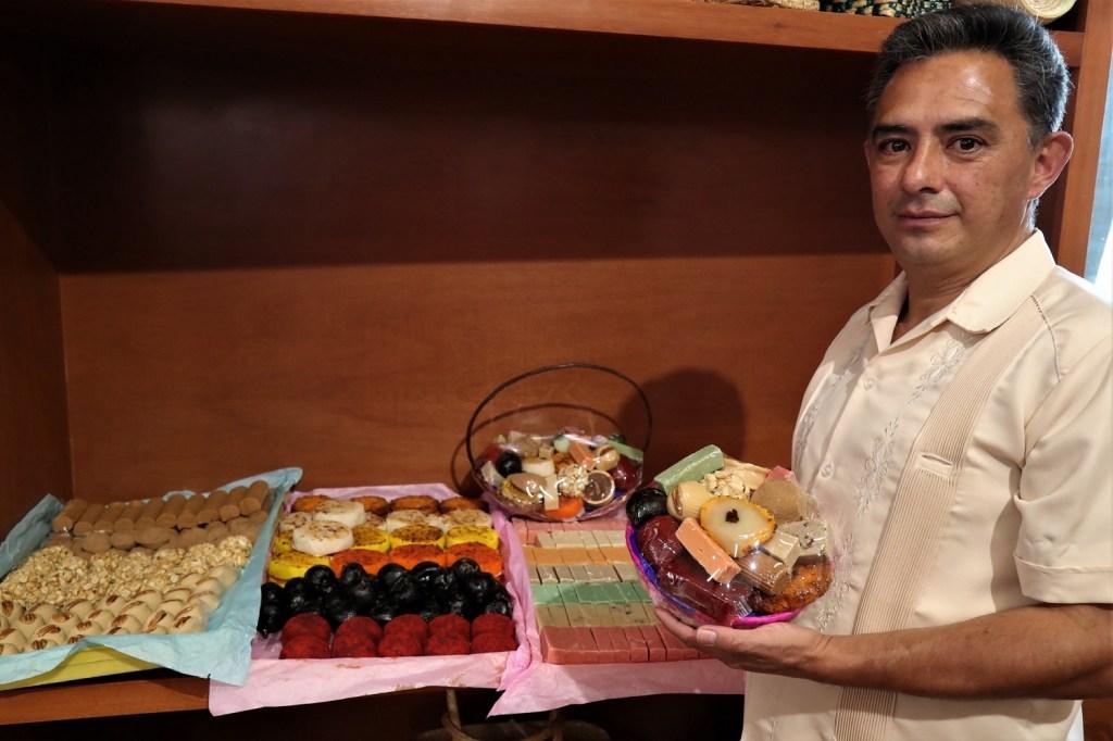Óscar Guadarrama Serrano, artesano dulcero toluqueño, compartió la forma en que realiza los dulces y que es un conocimiento que pasa de generación y generación.