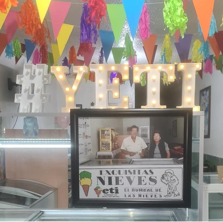 Los helados de la heladería Yeti de Toluca están hechos de manera artesanal al cien por ciento, pues los hijos de este solido matrimonio se encargan de elaborar la nieve en barricas de madera