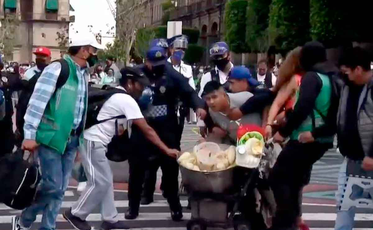 ¡Comerciantes se pelean con policías a elotazos!