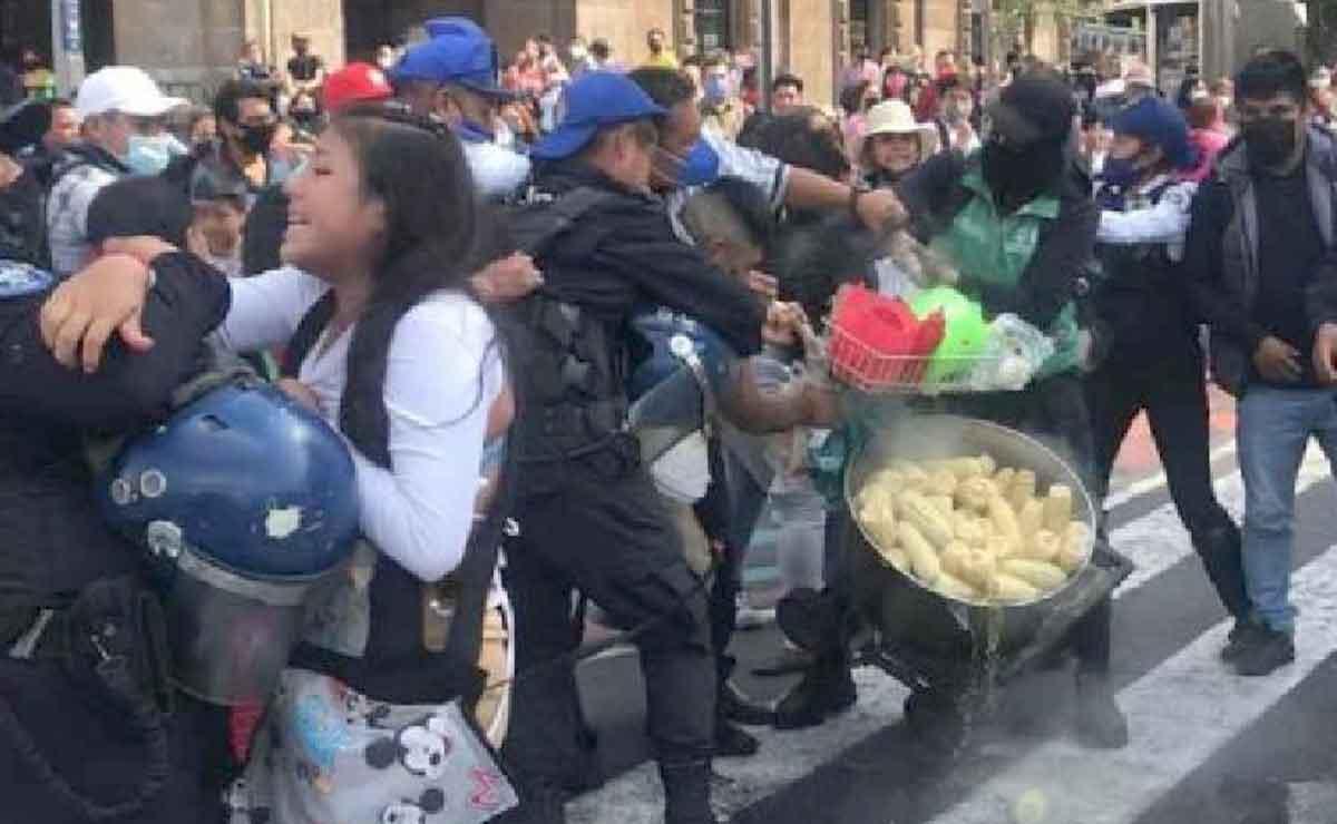 ¡Elotiza campal! Ambulantes se pelean con policías y les avientan elotes